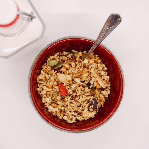 Bovenaanzicht granola rijstmelk