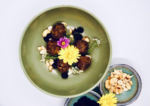 Seitanballetjes, cashewnoten en rozijnen
